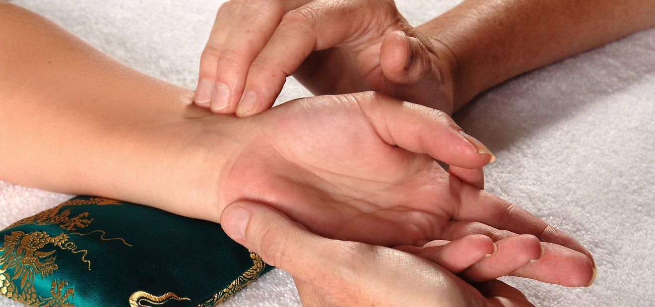 Die Pulsdiagsnose - hier im Bild - gehört neben der Zungendiagnose und der ausführlichen Befragung (Anamnese) zu den wichtigen Diagnoseverfahren der Traditionellen Chinesischen Medizin (TCM) in der Praxis für TCM, Akupunktur und Dorn-Therapie von Sabine Oeltjen in Stuttgart-Mitte